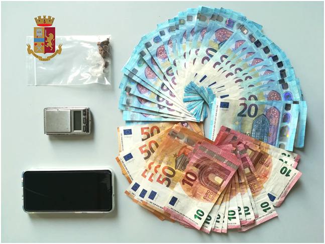 Il materiale sequestrato dalla Polizia di Stato