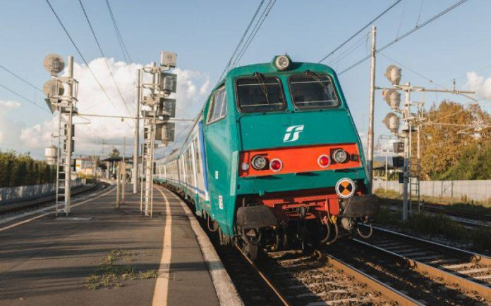 Treno (foto di repertorio Shutterstock.com)