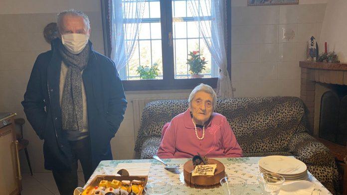 Il sindaco Massimo Medri insieme a Giuseppina Romboli per il suo 106esimo compleanno