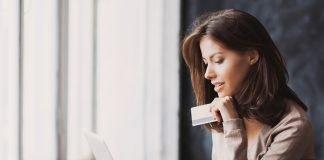 Una donna durante un pagamento online (foto di repertorio Shutterstock.com)