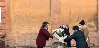 L'installazione del fiore in memoria di Giulia Ballestri