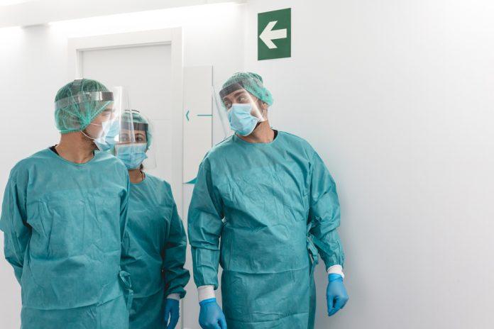 Medici parlano indossando visiera e mascherina chirurgica (foto di repertorio)