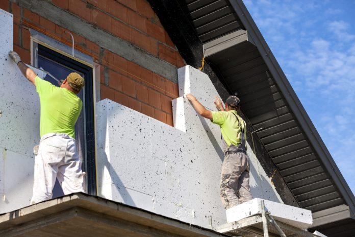 Operai durante la ristrutturazione della facciata di una casa (foto di repertorio)
