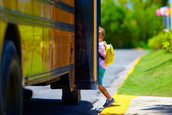 Scuolabus (foto di repertorio shutterstock)