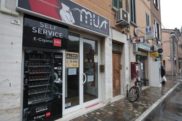 Il negozio si sigarette elettroniche Must in via Maggiore
