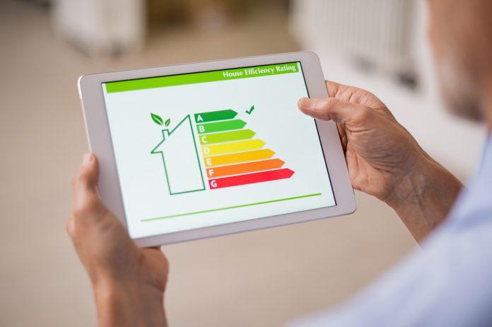 Un uomo guarda sul tablet la classe di efficienza domestica (foto di repertorio)