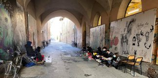 Studenti in protesta contro la didattica a distanza fuori dal Liceo Torricelli di Faenza (Foto dal gruppo Facebook SEI DI FAENZA SE...)