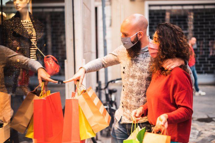 Una coppia fa shopping indossando le mascherine (foto di repertorio Shutterstock.com)