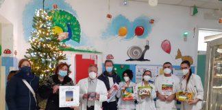 """Il momento della consegna dei doni che """"Tim Color Service srl"""" regala alla Pediatria di Ravenna"""