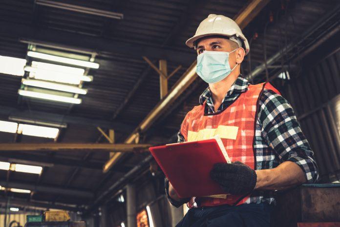Lavoratore in un'industria (foto di repertorio)