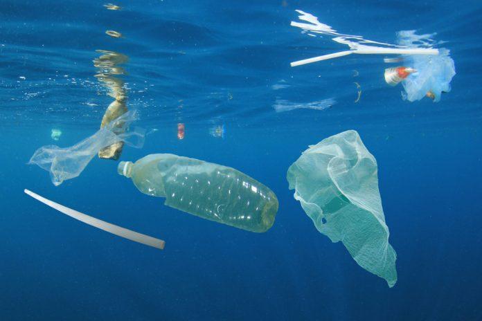 Rifiuti di plastica sott'acqua (foto di repertorio)