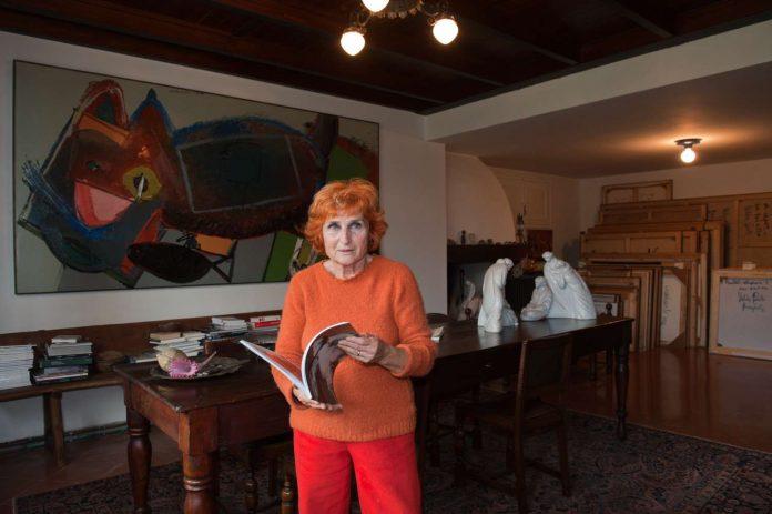 Velda Ponti nella propria abitazione con alle spalle un suo quadro materico e un presepe di Bartoli e Cornacchia (Foto Paolo Genovesi / Publimedia)