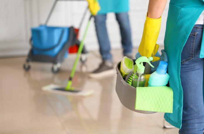 Addetti alle pulizie (foto di repertorio Shutterstock.com)
