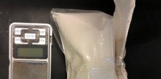 La cocaina e la bilancia di precisione rinvenute nell'auto del 38enne arrestato
