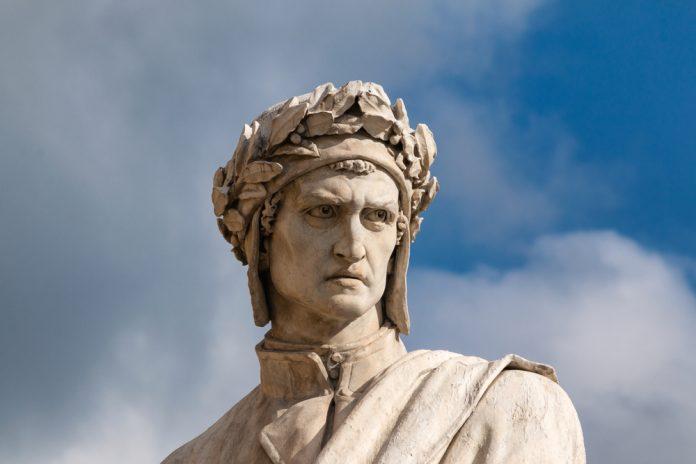 Una statua raffigurante Dante Alighieri (foto di repertorio Shutterstock.com)