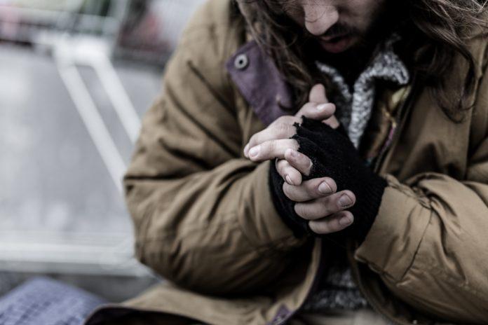 Un senzatetto (foto di repertorio Shutterstock.com)