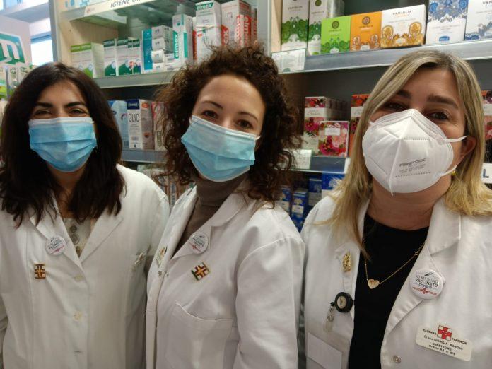 Tre farmaciste già vaccinate con le spillette sul camice