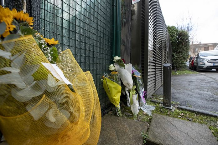 I fiori lasciati davanti alla casa di Ilenia a Faenza
