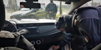 La Guardia di Finanza durante la perquisizione dell'auto