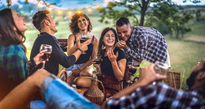 Ragazzi durante un pic-nic (foto di repertorio Shutterstock.com)