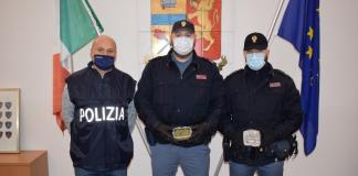 I poliziotti col materiale sequestrato