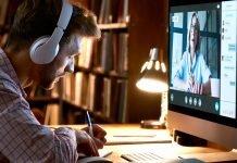 Un ragazzo segue un corso in streaming dal computer (foto di repertorio Shutterstock.com)