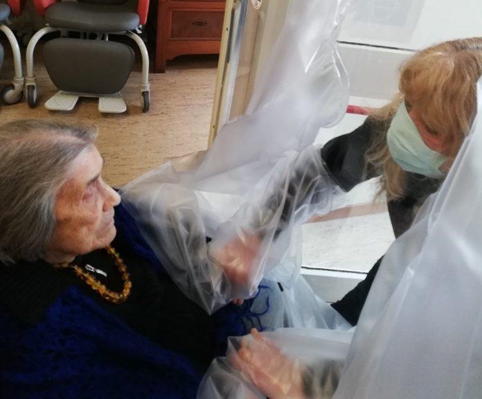 Stanza degli abbracci in una casa famiglia per anziani nel faentino