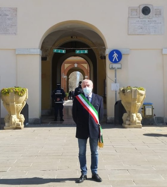Il sindaco Massimo Medri davanti al Municipio