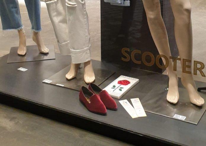 """Mattonella """"I fiori di Ravenna - Città amica delle donne"""" e scarpa rossa nella vetrina di Scooter in via Cavour"""